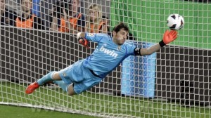 Real Madrid's goalkeeper Iker Casillas fails to make a save as Barcelona's Lionel Messi (unseen) scores his second goal during their Spanish first division soccer match at Nou Camp stadium in Barcelona, October 7, 2012.    REUTERS/Gustau Nacarino (SPAIN - Tags: SPORT SOCCER)